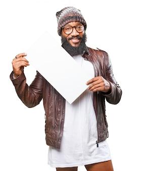 Homem de sorriso com um cartaz branco