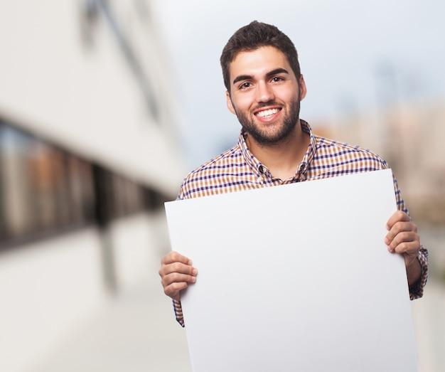 Homem de sorriso com um papel vazio