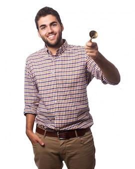 Homem de sorriso com um sino de mão