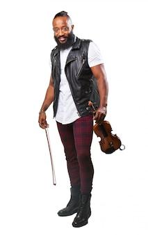 Homem de sorriso com um violino em suas mãos