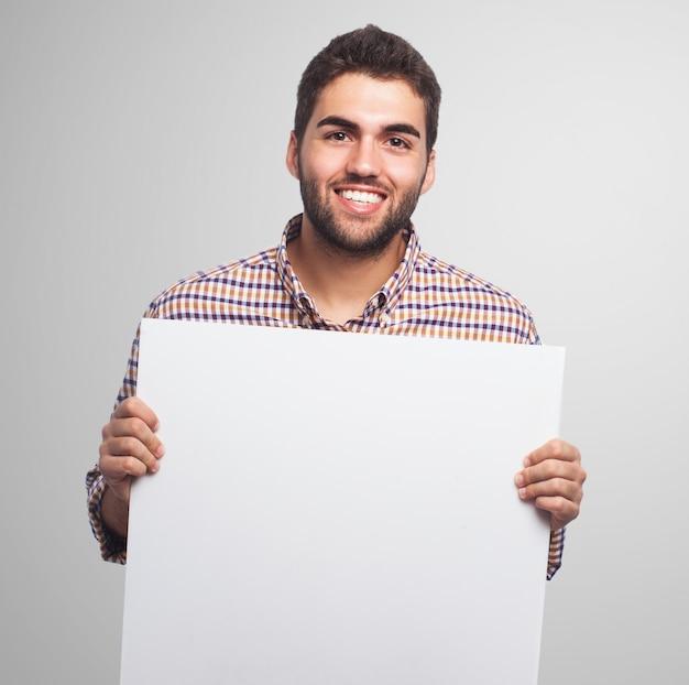 Homem de sorriso com uma folha de papel