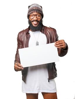 Homem de sorriso que prende um poster
