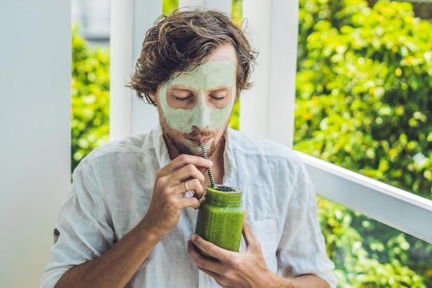 Homem de spa, aplicação de máscara facial de argila verde.