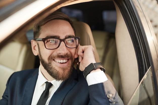Homem de sucesso ocupado ao telefone