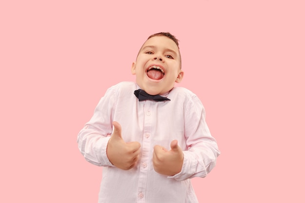 Homem de sucesso vencedor feliz em êxtase, comemorando ser um vencedor. imagem energética dinâmica do modelo masculino