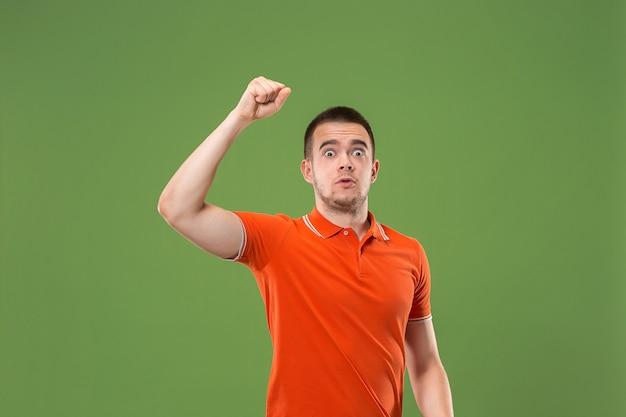 Homem de sucesso vencedor feliz em êxtase, comemorando ser um vencedor.