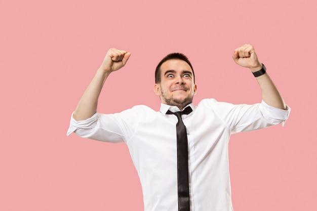 Homem de sucesso vencedor feliz em êxtase comemorando ser um vencedor