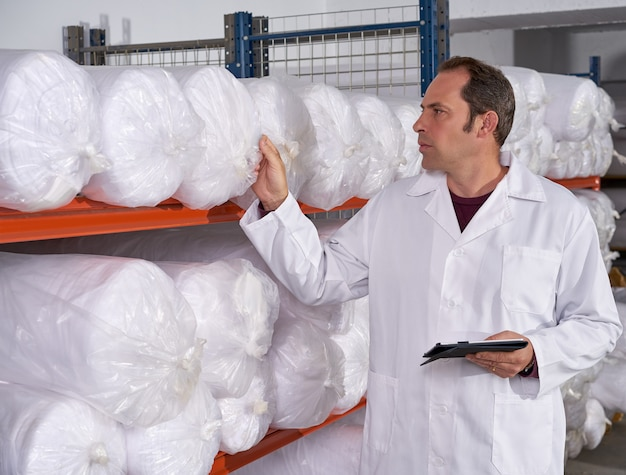 Homem de supervisor de armazém na fábrica de moda