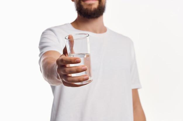 Homem de t-shirt branca de fundo claro de cuidados de saúde. foto de alta qualidade