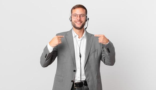 Homem de telemarketing se sentindo feliz e apontando para si mesmo com um