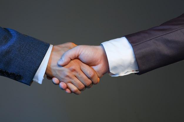 Homem de terno apertar a mão como olá infice