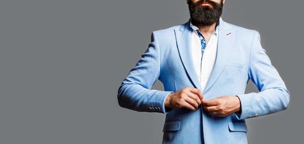 Homem de terno. barba e bigode masculinos. homem elegante em um terno de negócio. homem sexy, macho brutal, hipster. homem de smoking. homem bonito elegante de terno. bonito empresário barbudo em ternos clássicos.