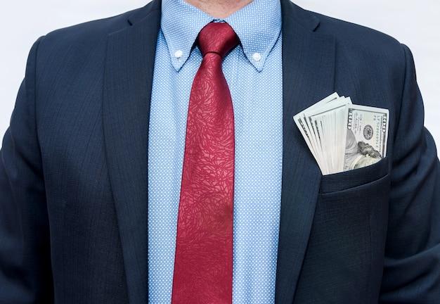 Homem de terno com dólares no bolso, isolado no branco