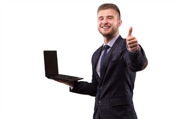 Homem de terno com laptop nas mãos mostra sinal de ok