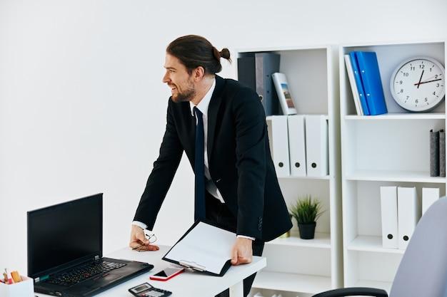 Homem de terno documentos oficiais trabalho estilo de vida de escritório