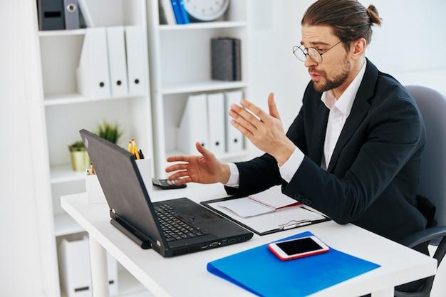 Homem de terno documentos trabalho escritório laptop estilo de vida