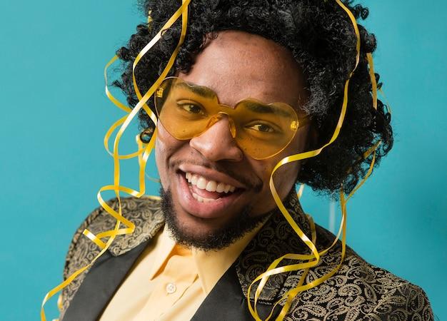 Homem de terno e óculos de sol na festa com retrato de balões