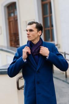 Homem de terno elegante. empresário em uma cidade de outono, moda