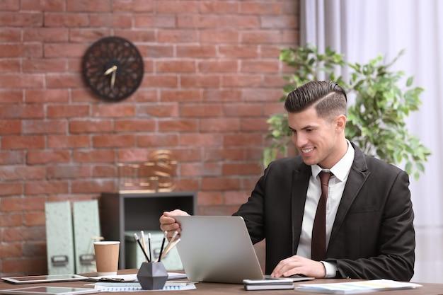 Homem de terno elegante no local de trabalho