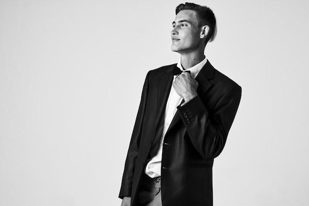 Homem de terno gravata borboleta moda penteado autoconfiança. foto de alta qualidade