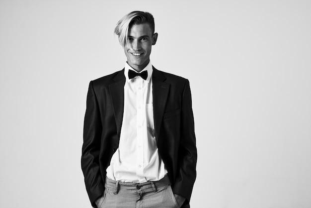Homem de terno gravata borboleta moda penteado estilo elegante modelo