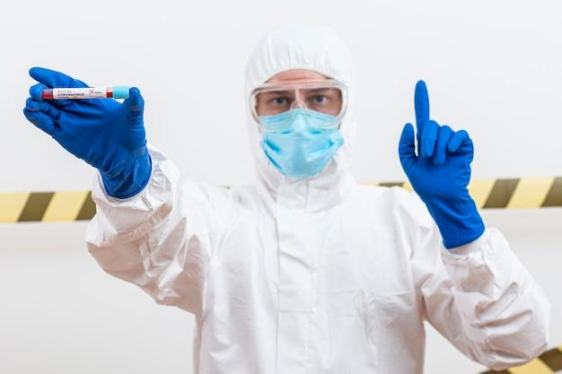 Homem de terno hazmat com amostra de sangue