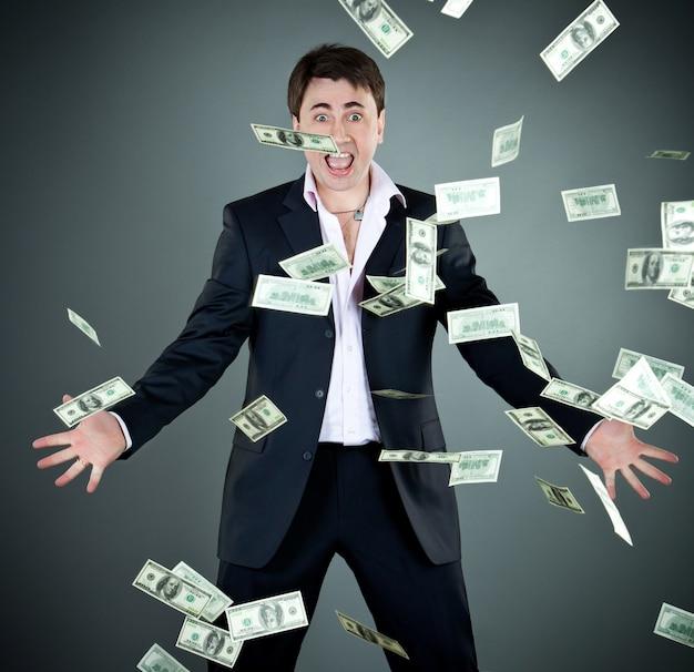 Homem de terno joga dinheiro