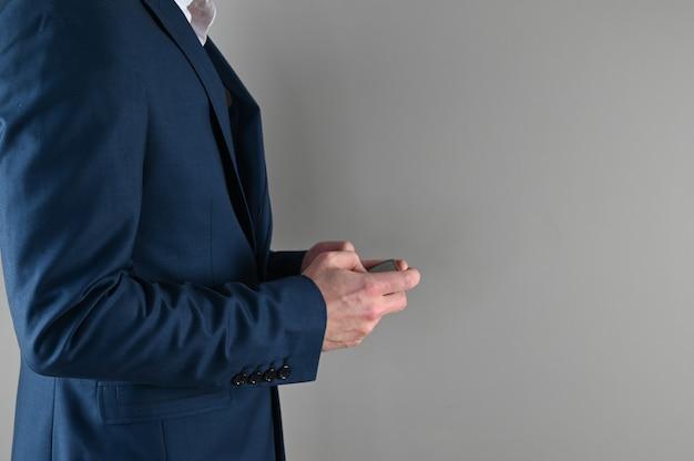 Homem de terno jogando telefone, conceito de jogo no trabalho
