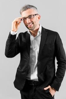 Homem de terno preto, usando óculos