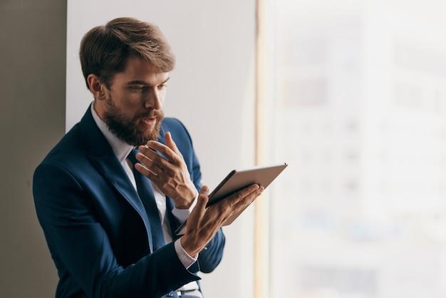 Homem de terno profissional emprego tecnologia tablet oficial