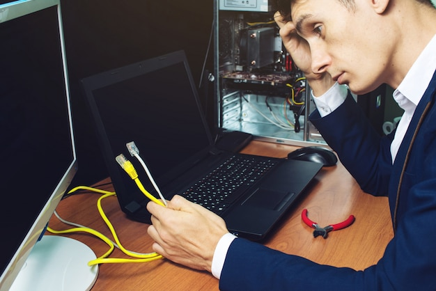 Homem de terno segurando o conceito de cabos de rede é a conexão