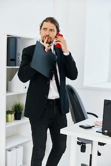 Homem de terno segurando um telefone, telefone, escritório, tecnologias