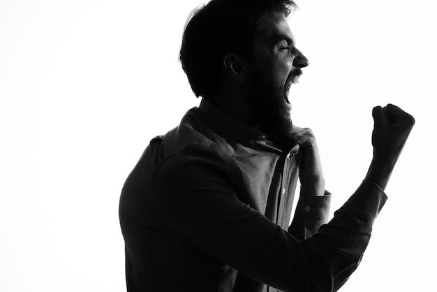Homem de terno segurando uma jaqueta em suas mãos emoções perfil silhueta sombra.