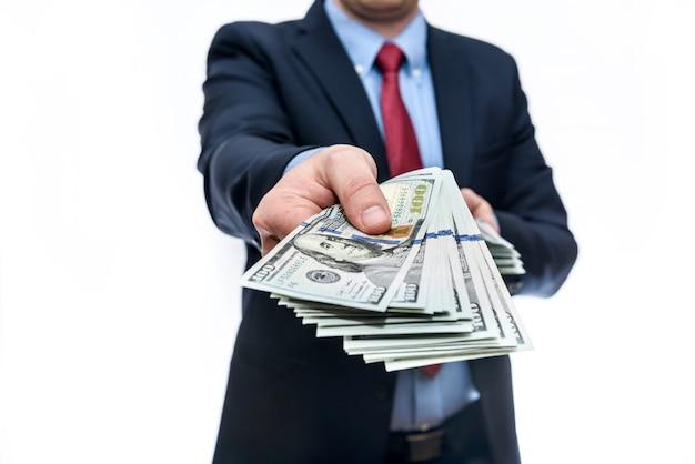 Homem de terno tem denominações de cem dólares