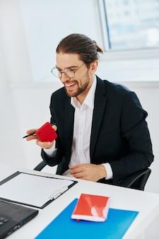 Homem de terno trabalhando no escritório na frente de um executivo com laptop