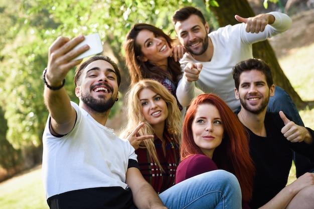 Homem de tirar uma foto dele e de seus amigos no parque