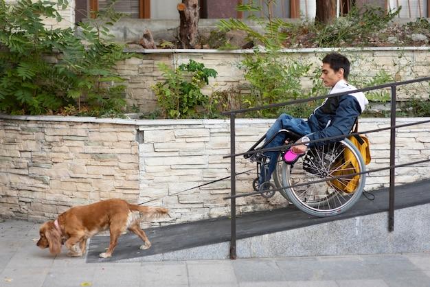 Homem de tiro completo caminhando com cachorro