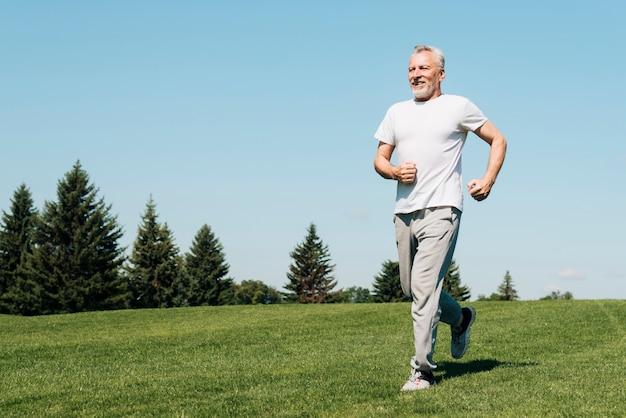 Homem de tiro completo correndo na natureza