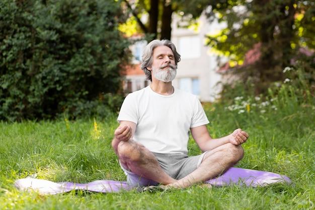 Homem de tiro completo meditando