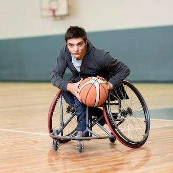 Homem de tiro completo segurando basquete