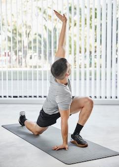 Homem de tiro completo treinando em tapete de ioga