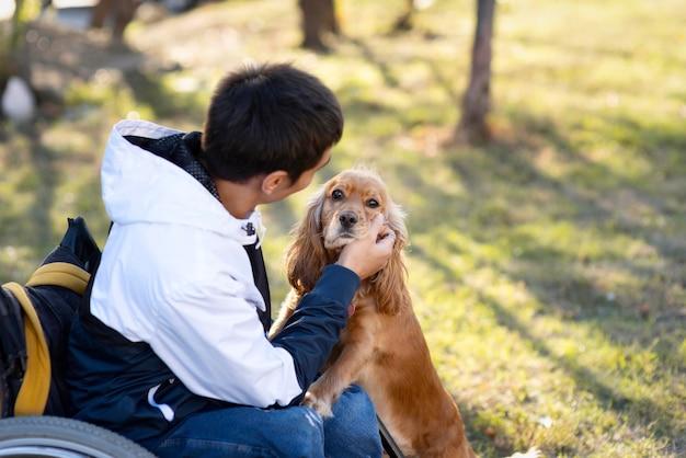 Homem de tiro médio acariciando cachorro