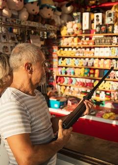 Homem de tiro médio com rifle