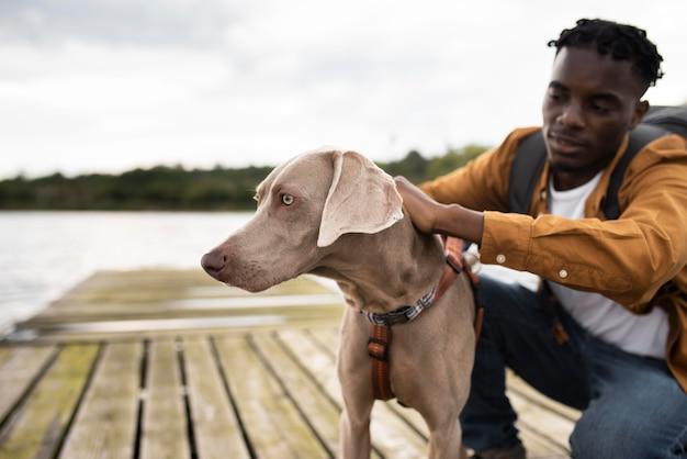 Homem de tiro médio e cachorro fofo