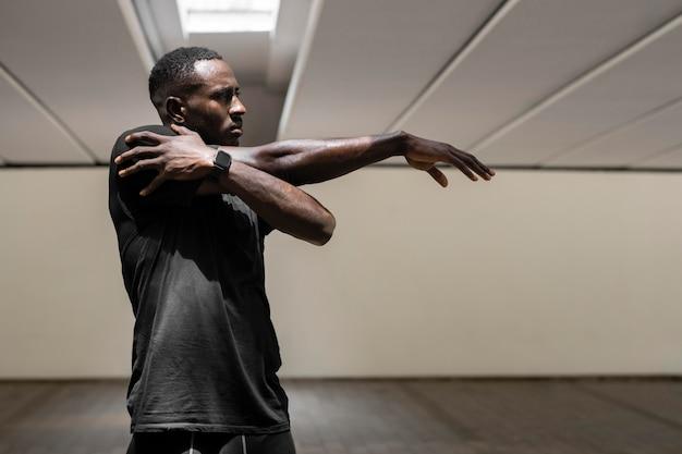 Homem de tiro médio estendendo braço