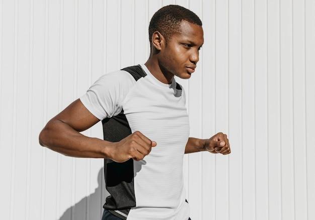 Homem de tiro médio se exercitando