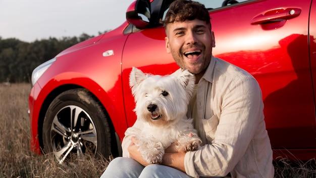 Homem de tiro médio segurando um cachorro fofo