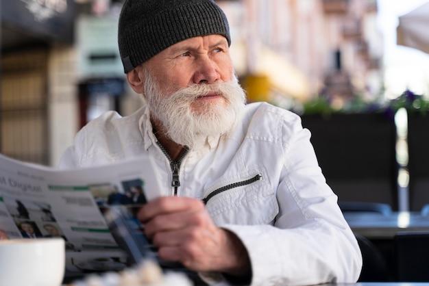 Homem de tiro médio sentado no terraço