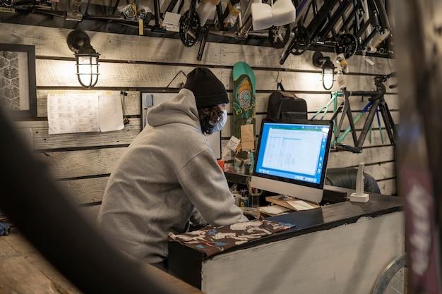 Homem de tiro médio trabalhando com computador