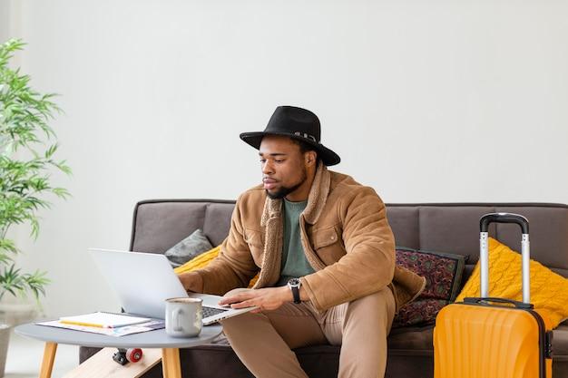Homem de tiro médio trabalhando com laptop